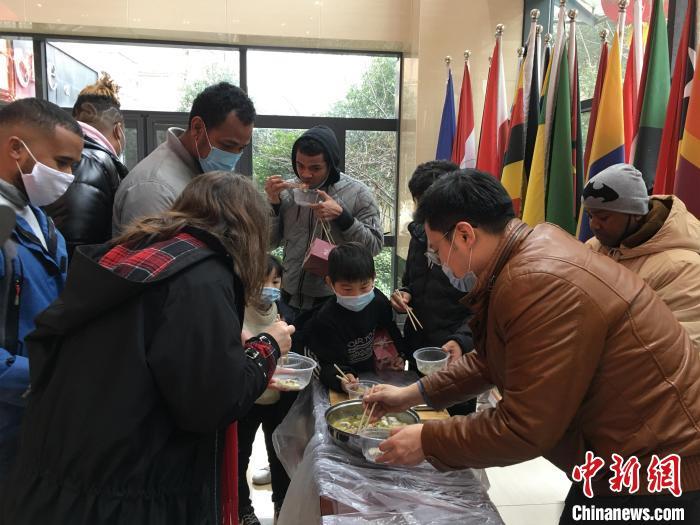 留学生品尝中国美食 马芙蓉 摄