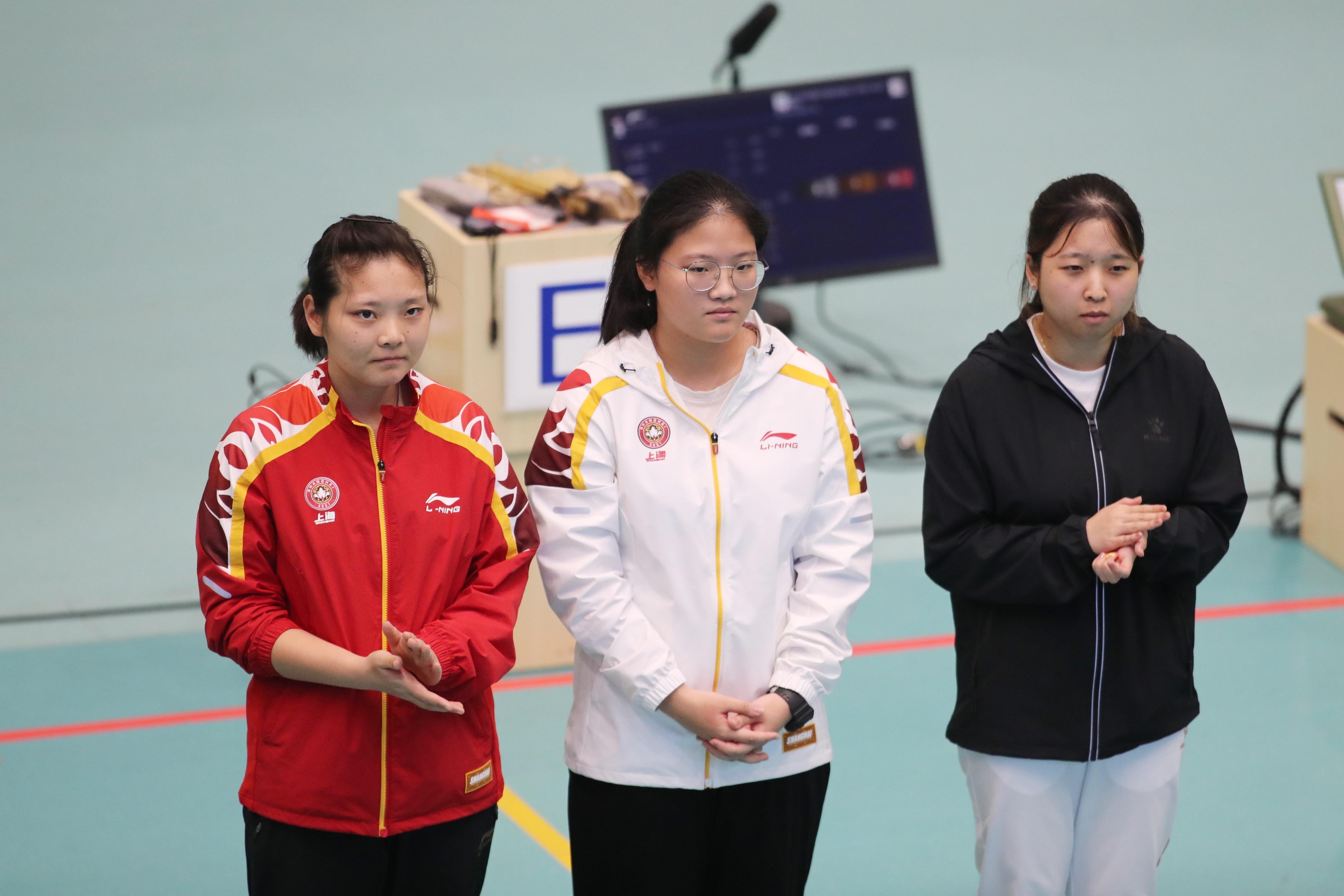 沈奕瑶(中)战胜了上海队队友、奥运冠军姜冉馨。