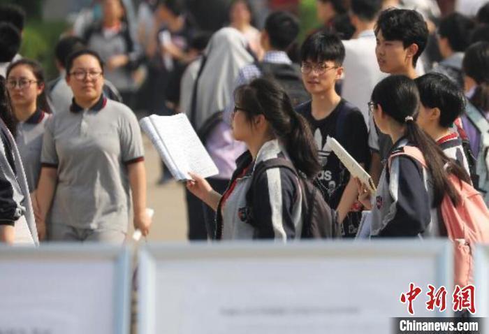资料图:中学生在路上看书。泱波 摄