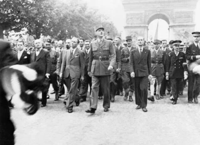 上图_ 法国解放后戴高乐回到巴黎