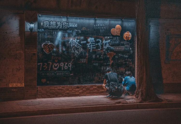 逛网红街,成为了年轻人个性的表达。/ 图虫创意