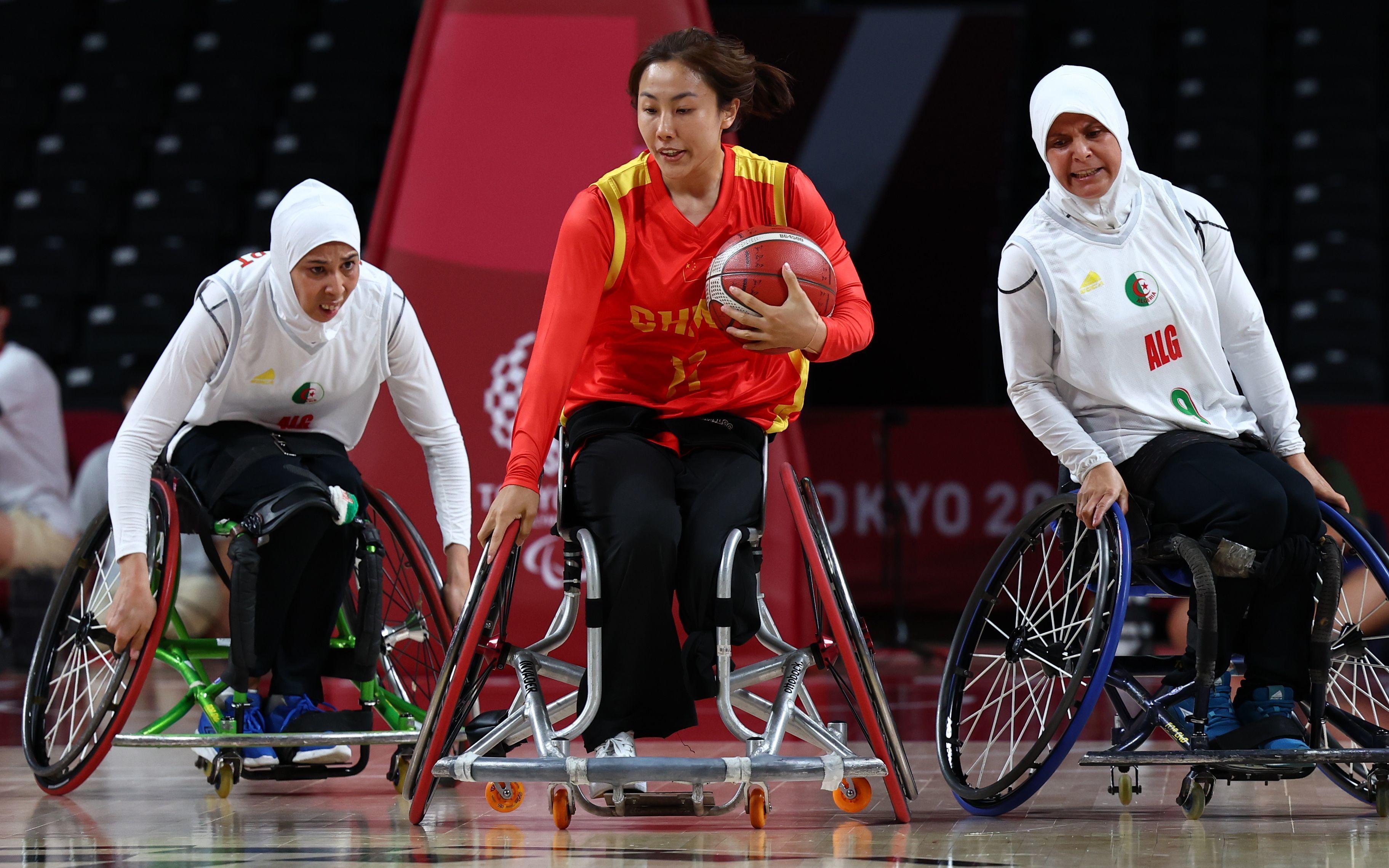 中国轮椅篮球队以74比25击败阿尔及利亚队,获得开门红