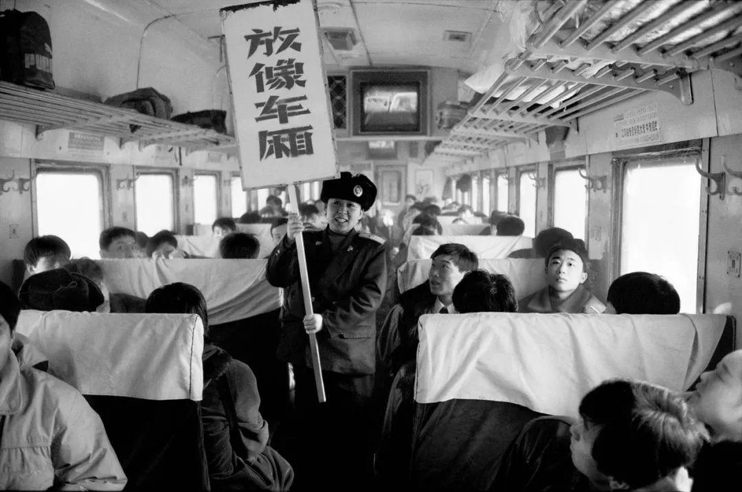 40年前的春运火车 有人围桌打麻将,有人当场生孩子 最新热点 第23张