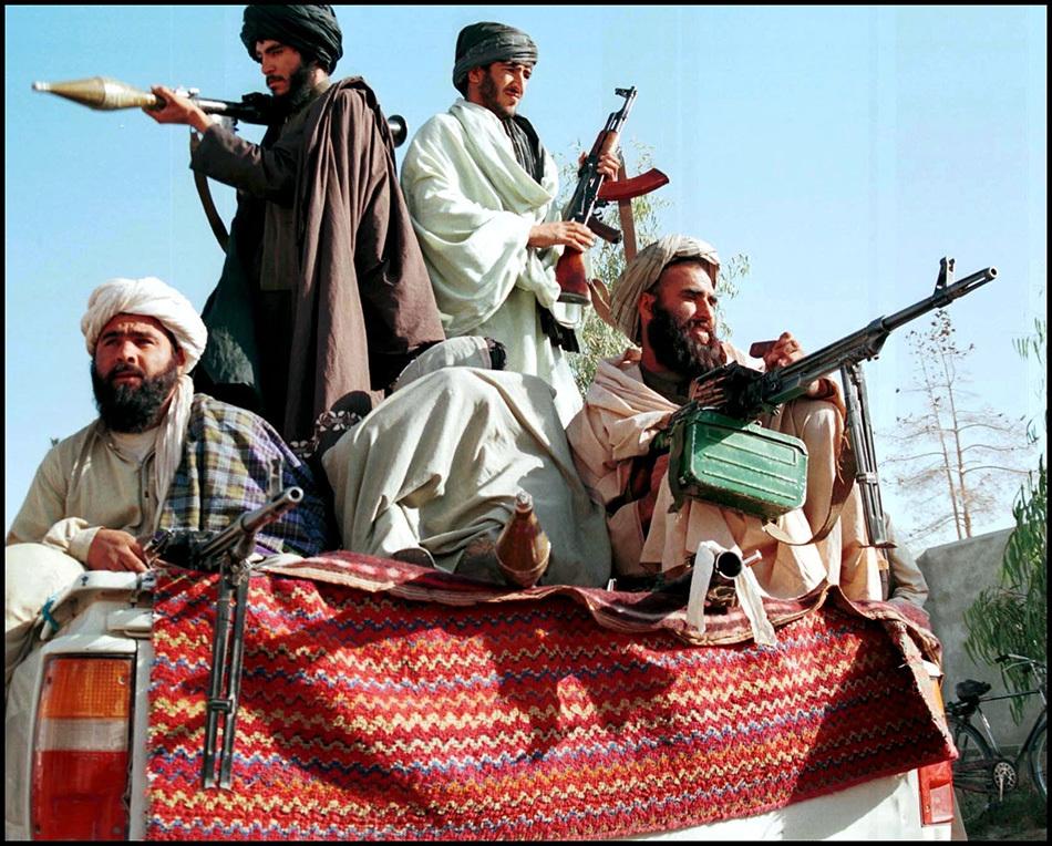2001年11月2日,阿富汗坎大哈,塔利班的巡逻队。