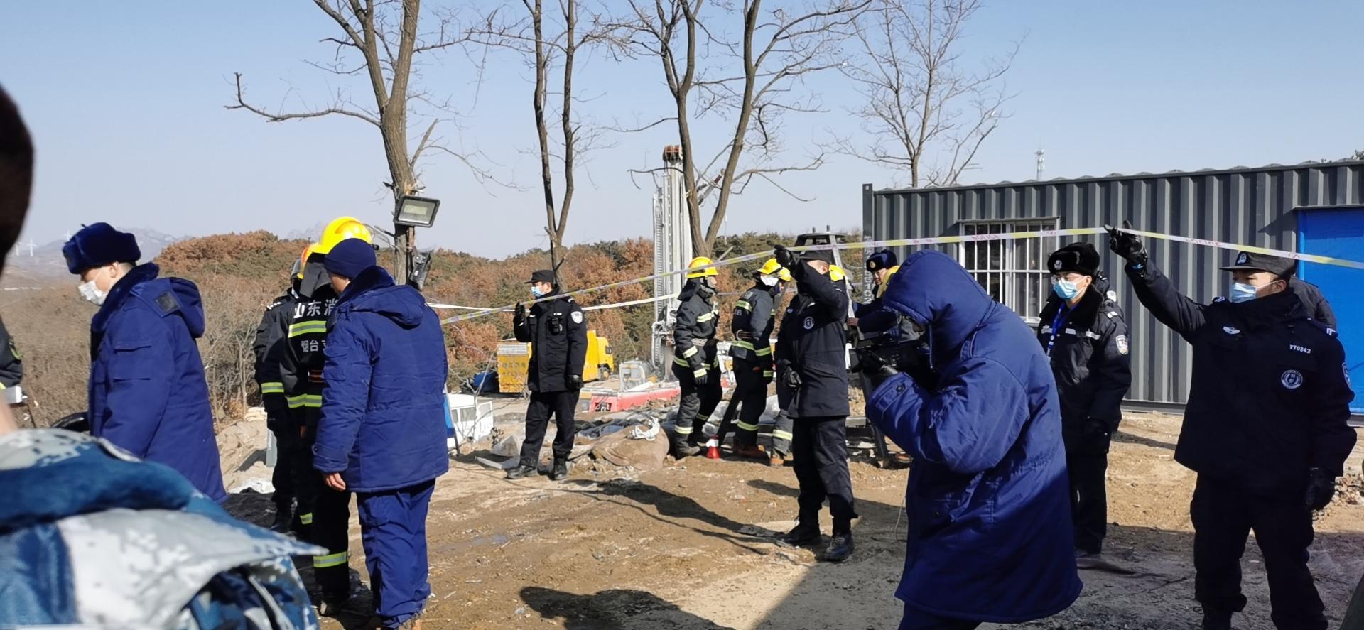 1月19日中午,栖霞金矿事故救援人员向井下投放可视设备。本文图均为澎湃新闻记者 张家然 摄
