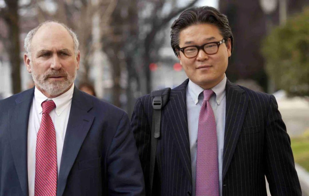 Bill Hwang跟律师走出法庭,2012年