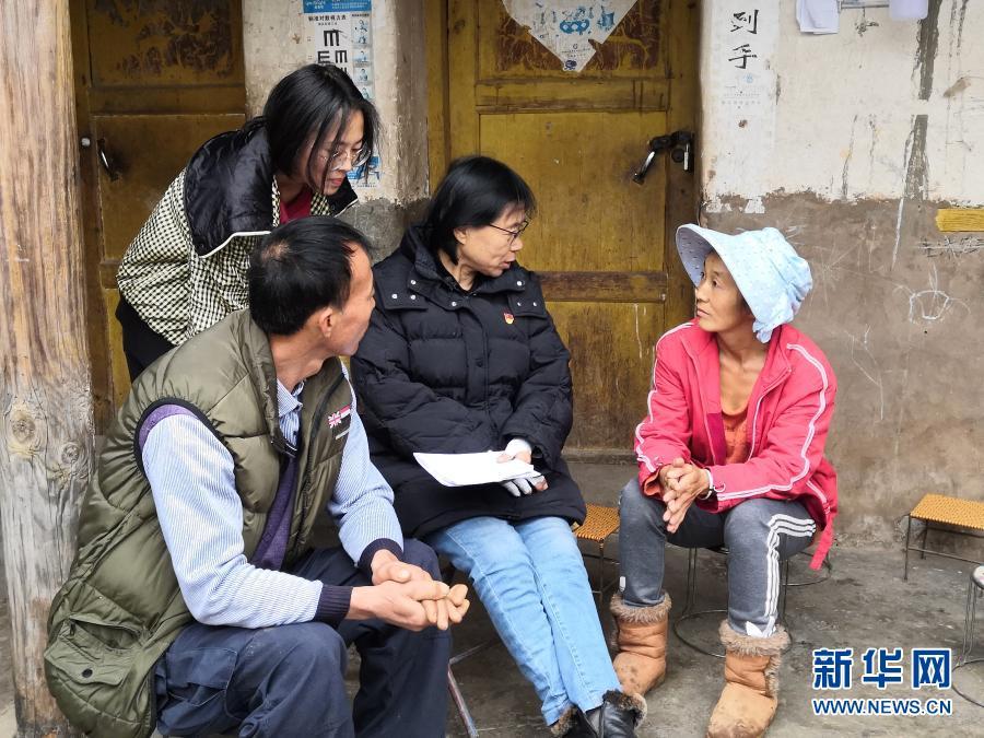 2月9日,张桂梅在家访时与学生家长交谈。新华社发(王秀丽 摄)