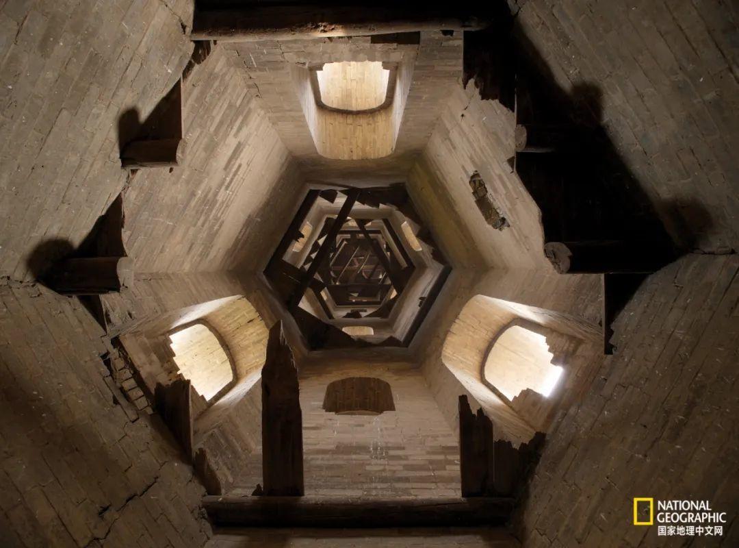 高平市大周村外的文峰塔为空筒式结构,登临的木梯早已腐朽。文峰塔又名风水塔。 摄影:赵钢