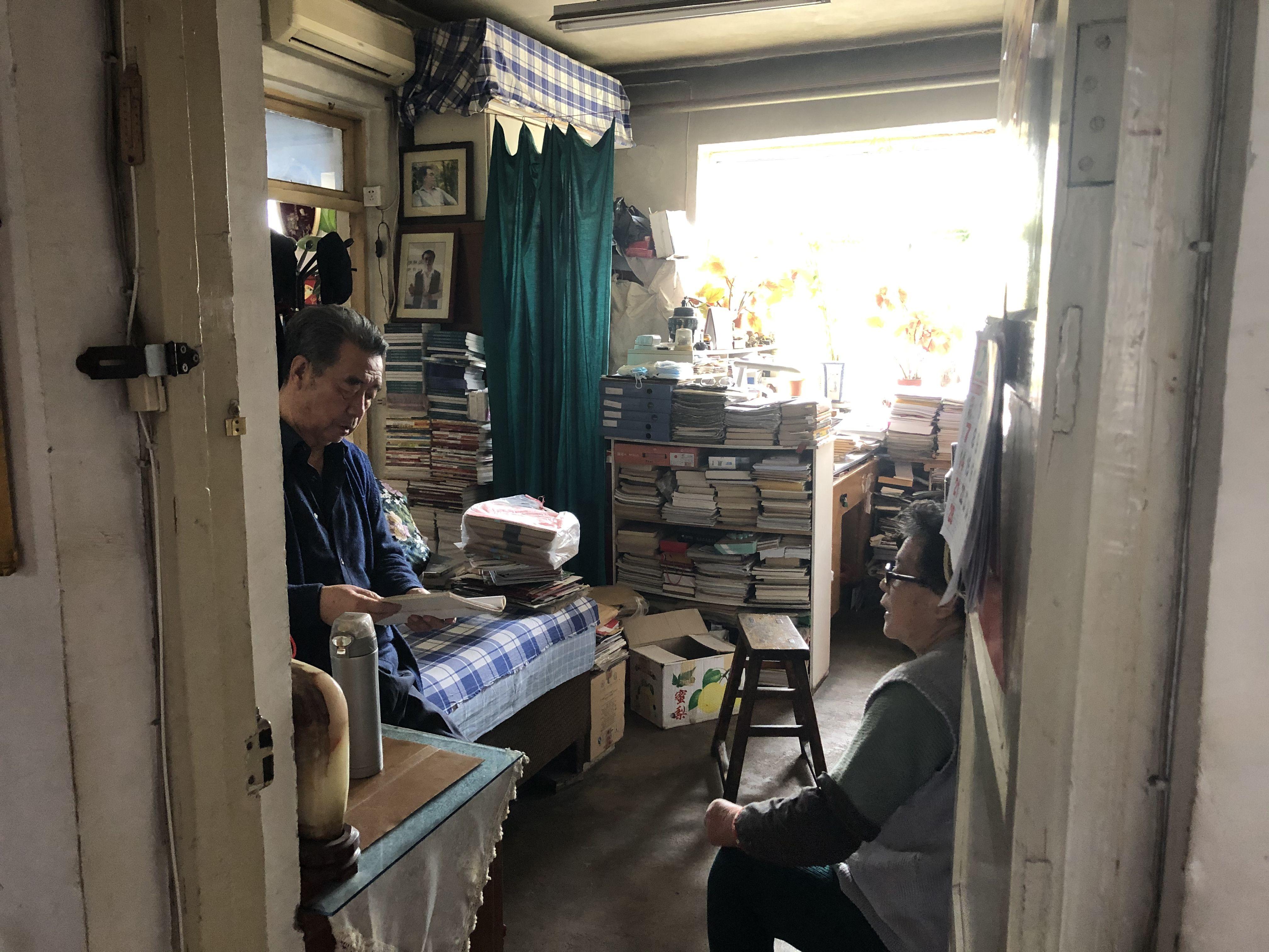 2月初,张军和妻子在家里整理案件材料。王翀鹏程摄