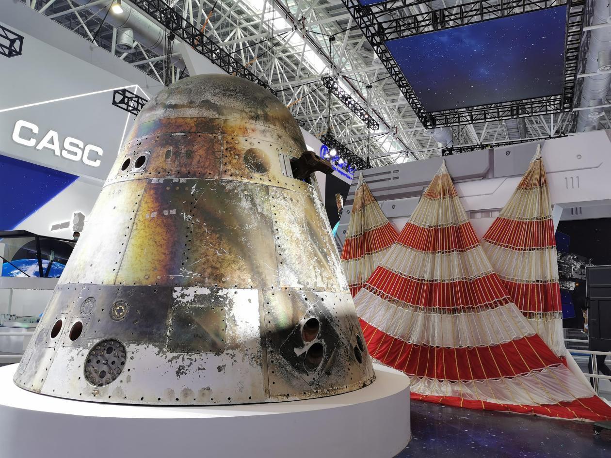 新一代载人飞船试验船返回舱与回收着陆系统一同展出。 本文图片均由澎湃新闻记者 谢瑞强 摄