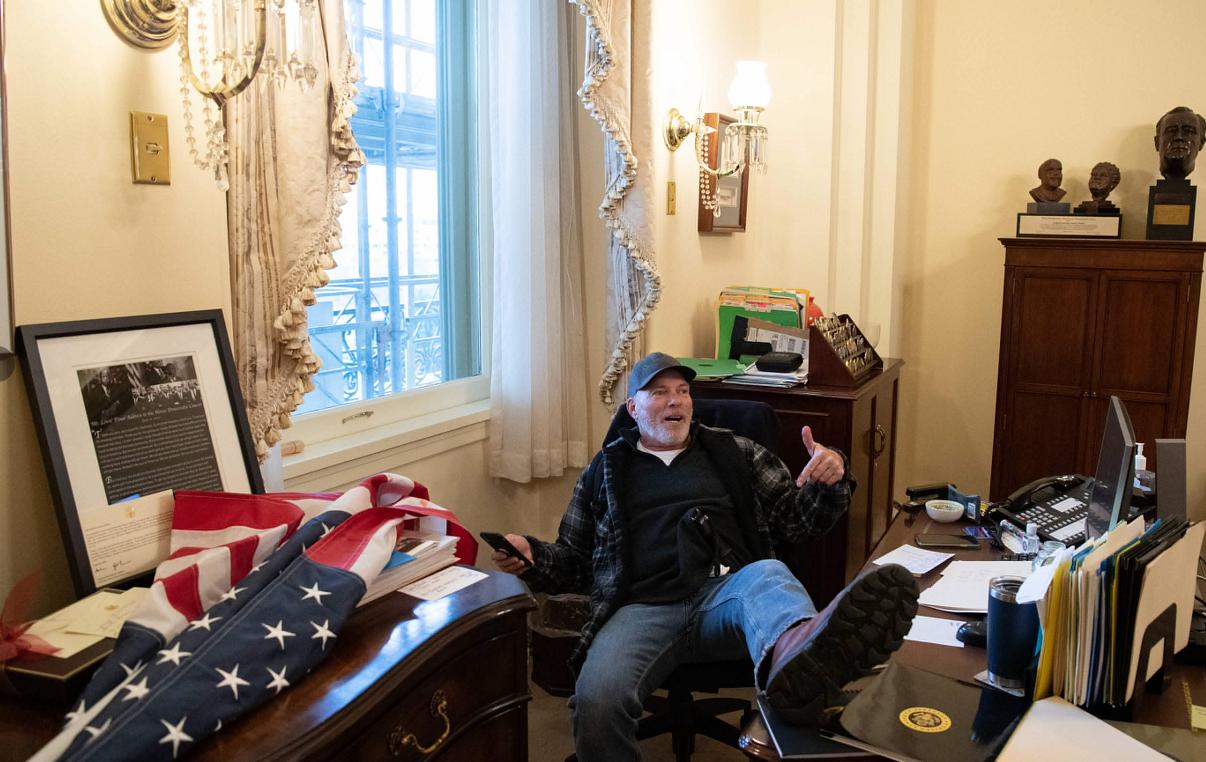 摩登5平台_示威者冲进佩洛西办公室,坐她椅子上摆拍