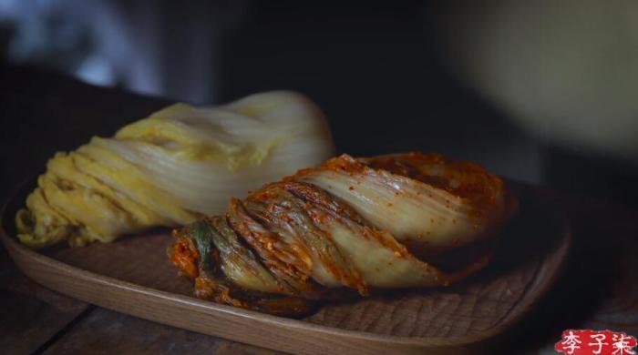 李子柒视频中展示了不同方法腌制的泡菜。李子柒视频截图