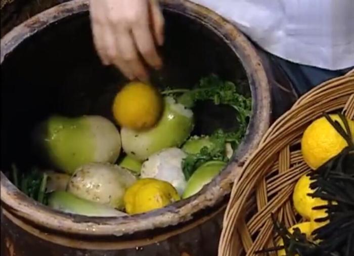 韩国电视剧《大长今》中腌制蔬菜的画面。视频截图