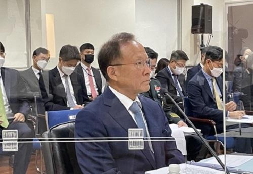 在华盛顿的韩驻美使馆,李秀赫答议员问。