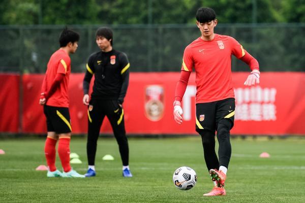 李铁带领国足训练。