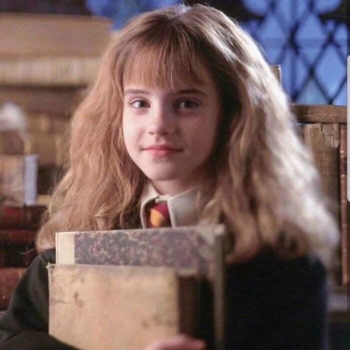 赫敏总是书不离手/《哈利·波特与魔法石》电影截图