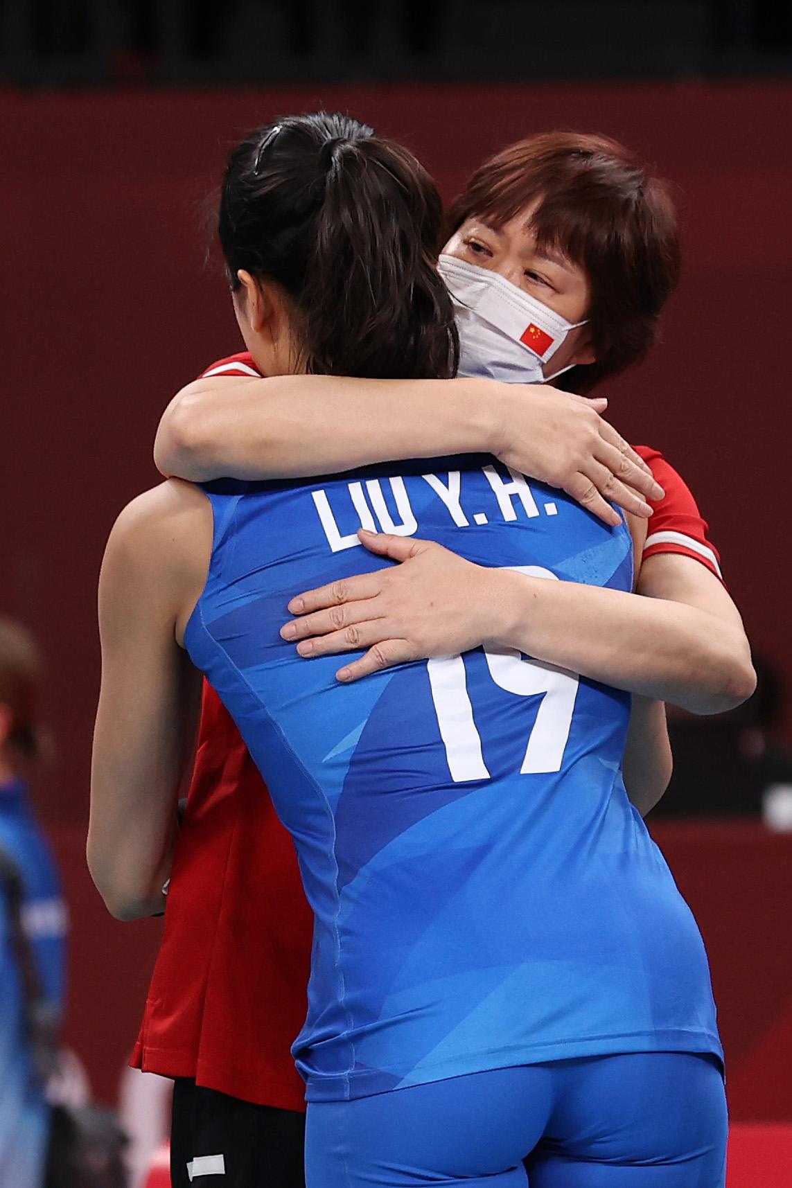 郎平拥抱刘晏含。