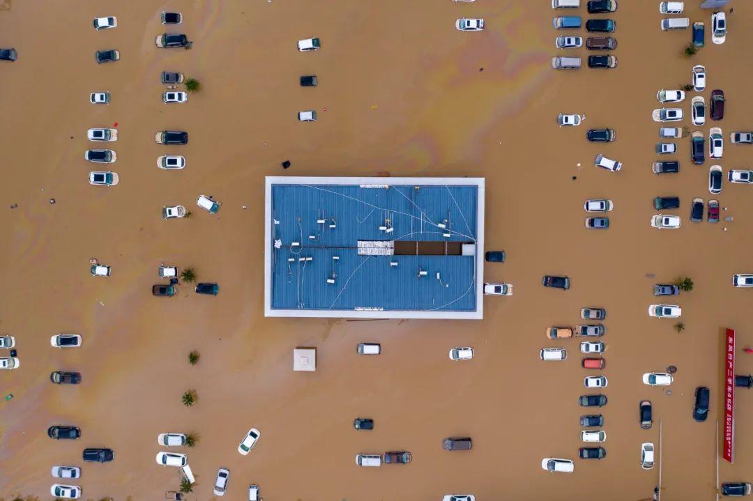 7月22日,河南郑州暴雨过后,实地航拍郑州市区暴雨后被淹区域,车辆密密麻麻浮在水中,道路厂房都被淹没,空中俯瞰像一片汪洋。/IC photo