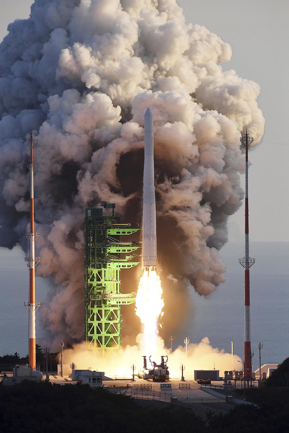 """当地时间2021年10月21日,韩国高兴郡,韩国运载火箭""""世界""""(Nuri)号当天下午发射。 人民视觉 图"""