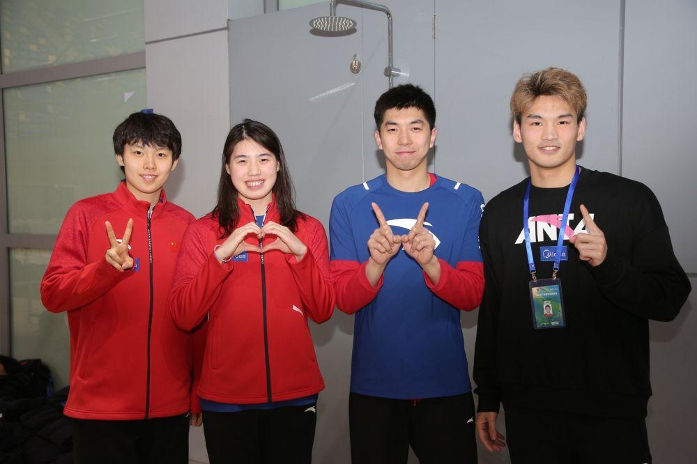 男女混合接力的四位战将(从左往右):杨浚瑄、张雨霏、闫子贝、徐嘉余。