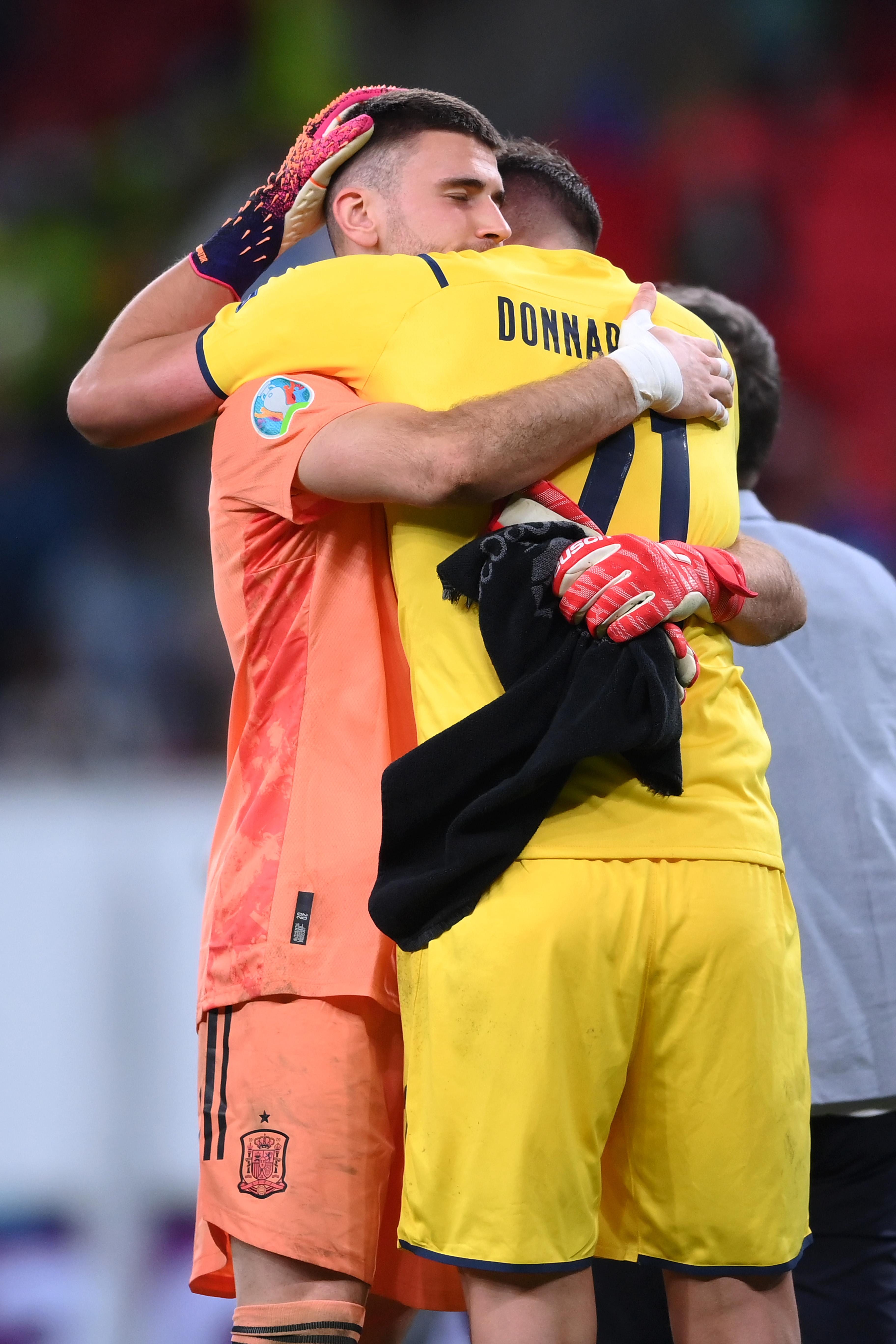西班牙队门将西蒙拥抱唐纳鲁马。