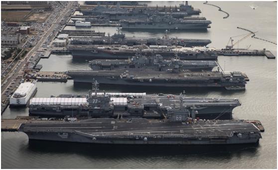 停靠在基地中的美军航母和两栖攻击舰