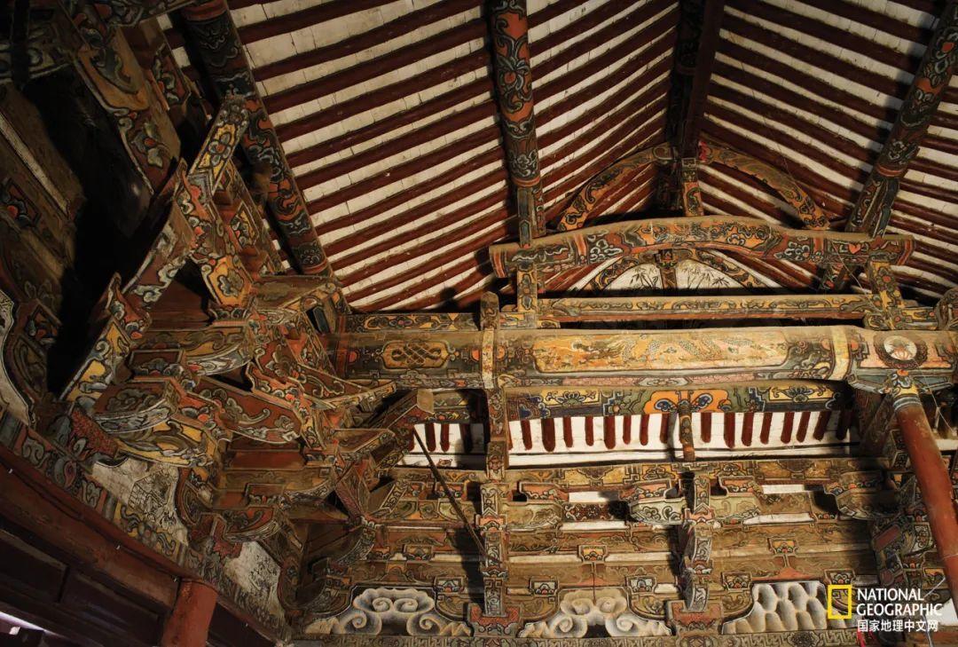 古代建筑通常在木构件上涂饰色彩、绘作图画以营造室内的庄严气氛,增加建筑物的华美。陵川县小会村二仙庙大殿建于宋代,殿内的建筑彩画以红、黄色调为主。 摄影:赵钢