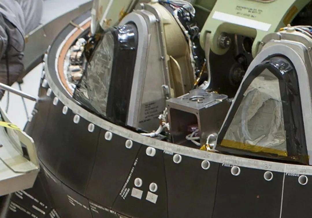 猎户座飞船侧壁厚重的防热材料