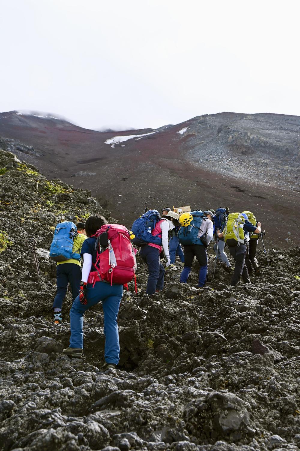 当地时间2021年6月30日,日本东京,人们开始在山梨县一侧攀登富士山。此前由于新冠疫情,日本最高峰对公众关闭。 视觉中国 图