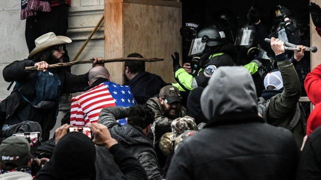 1月6日,特朗普的支持者在国会大厦西入口与警察发生冲突 图源:路透社