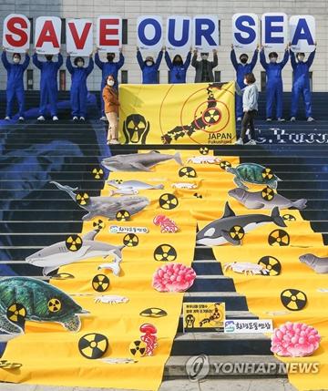 """去年秋,韩国公民团体在首尔举行活动,敦促日本撤回""""将福岛核污水排放入海""""计划。来源:韩联社"""