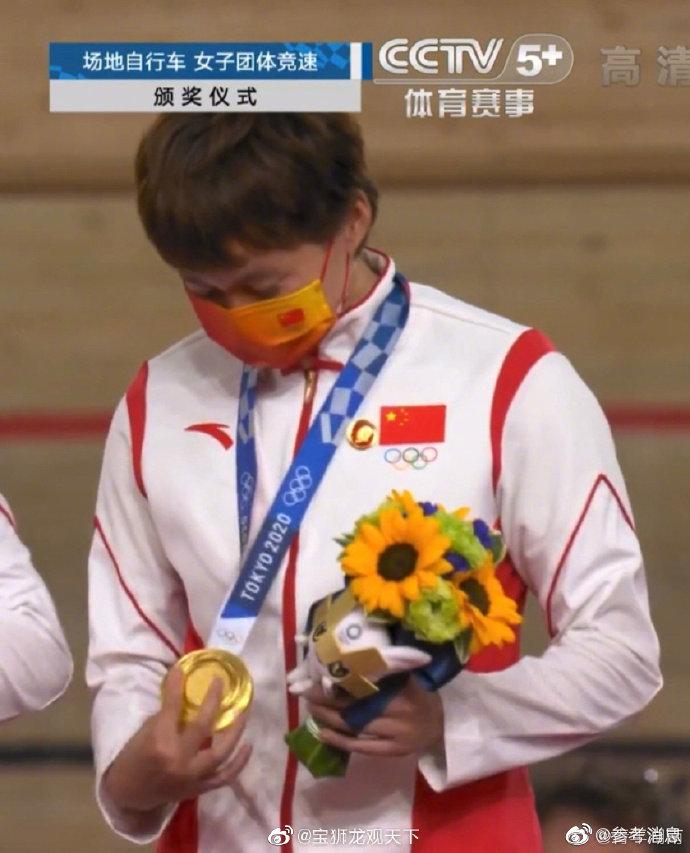 鲍珊菊、钟天使领奖时佩戴了毛主席像章