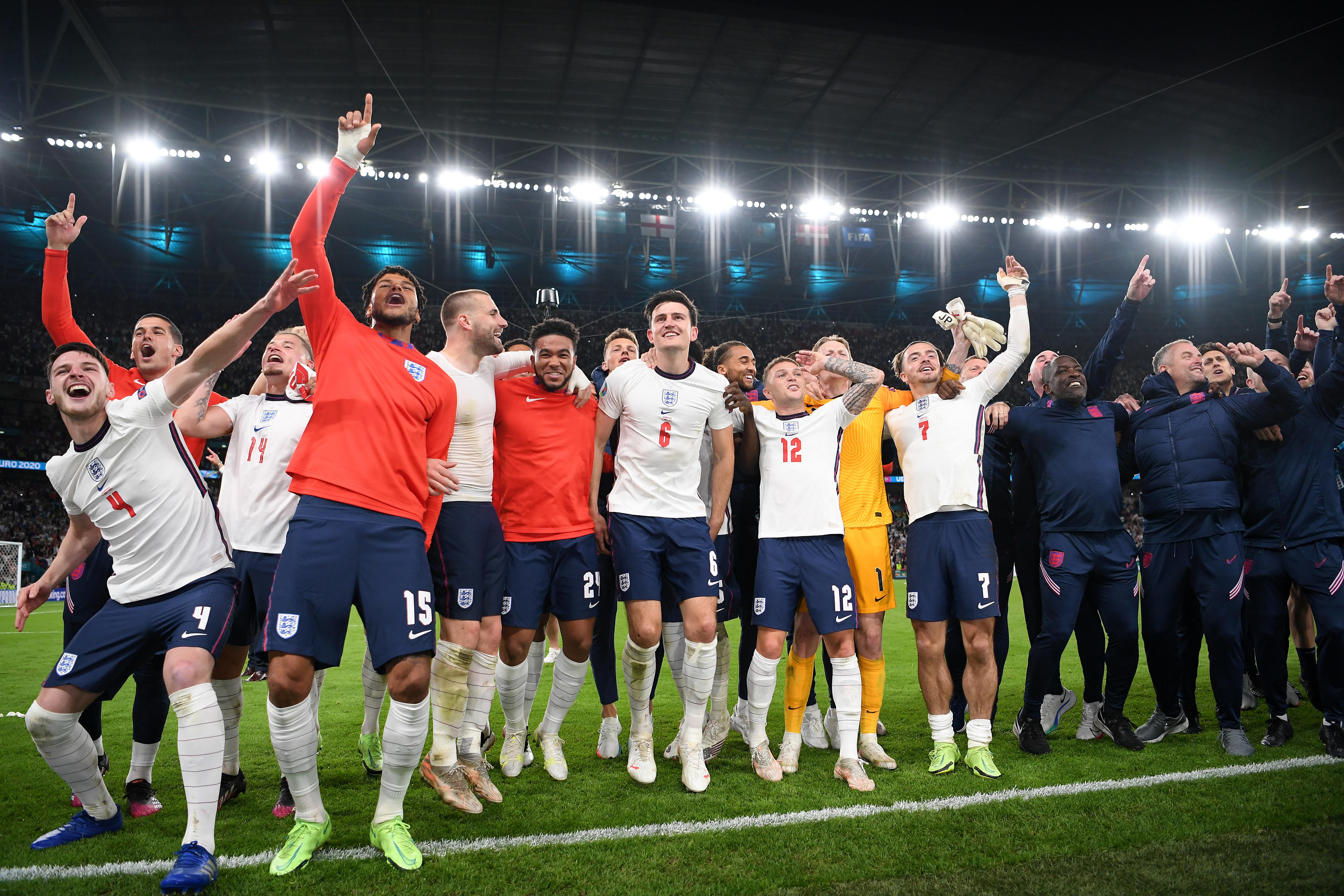 英格兰队赛后谢场。