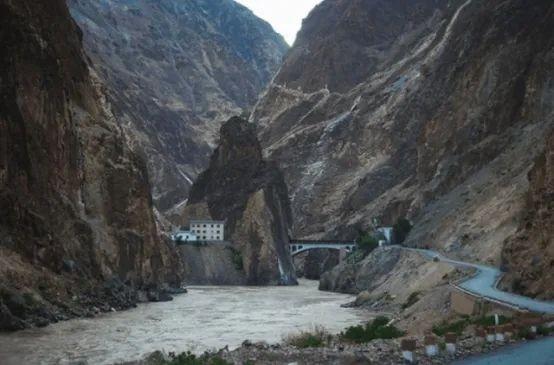 西藏昌都巴苏县的山沟