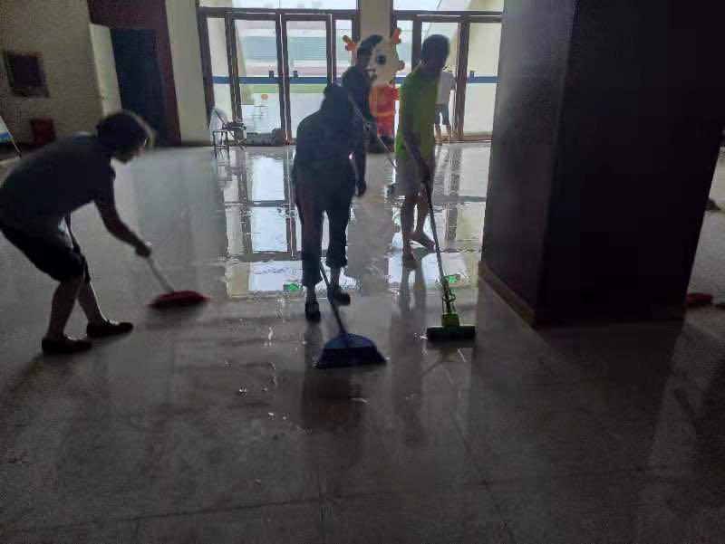 学生们在清理积水。受访学生供图。