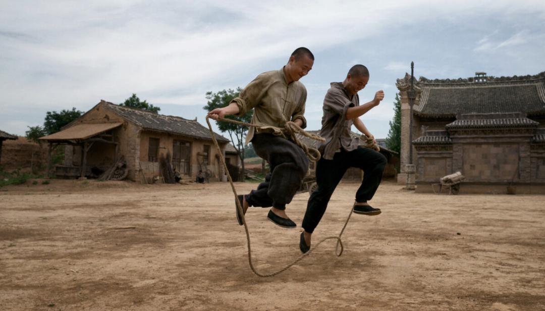 2015年6月 陕西蓝田 群演在拍戏间隙玩跳绳