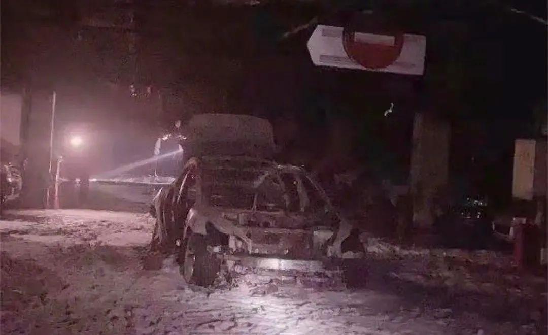 图为上海特斯拉Model 3车主起火车辆被消防队扑灭火情后的现场