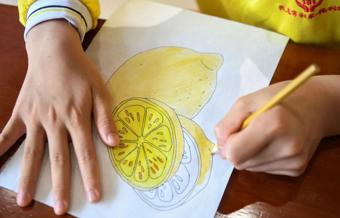 在广东茂名市社会福利中心,上美术课的院内儿童正在填色(4月27日摄)。