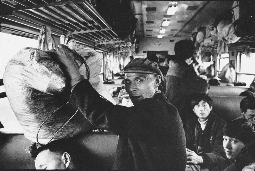 40年前的春运火车 有人围桌打麻将,有人当场生孩子 最新热点 第30张