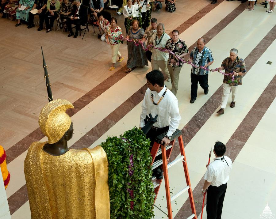 """每年的6月11日""""卡美哈梅哈日"""",雕像前会举行卡美哈梅哈国王的纪念仪式。"""