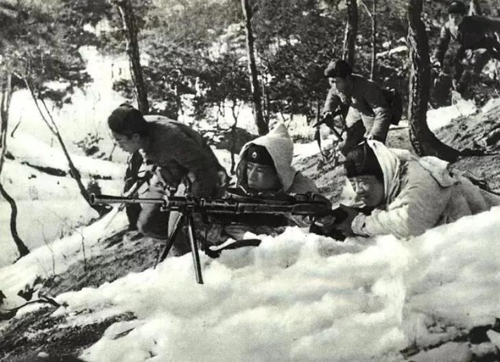 上图_ 中国人民志愿军和朝鲜人民军战士并肩战斗
