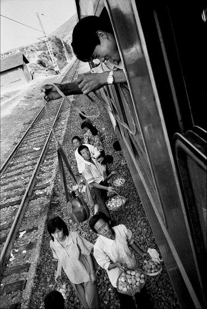 40年前的春运火车 有人围桌打麻将,有人当场生孩子 最新热点 第10张