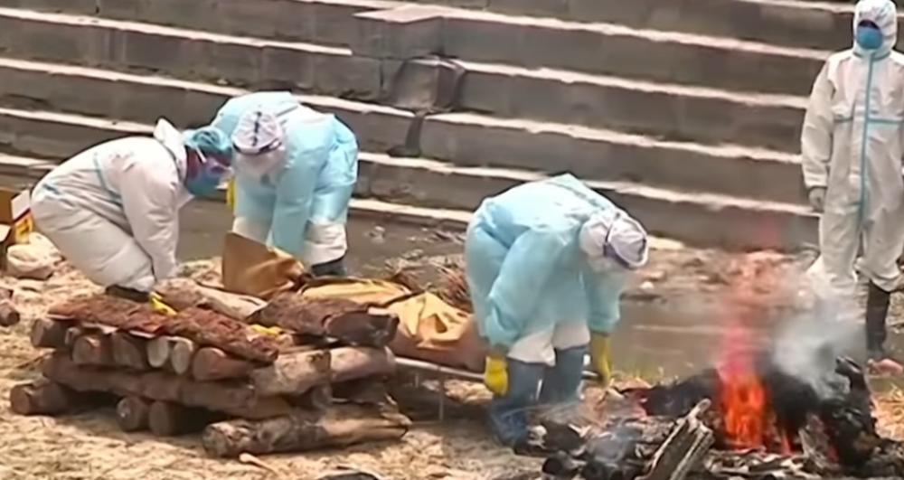 在尼首都加德满都,工作人员正火化新冠死者遗体。图源:《南华早报》视频截图