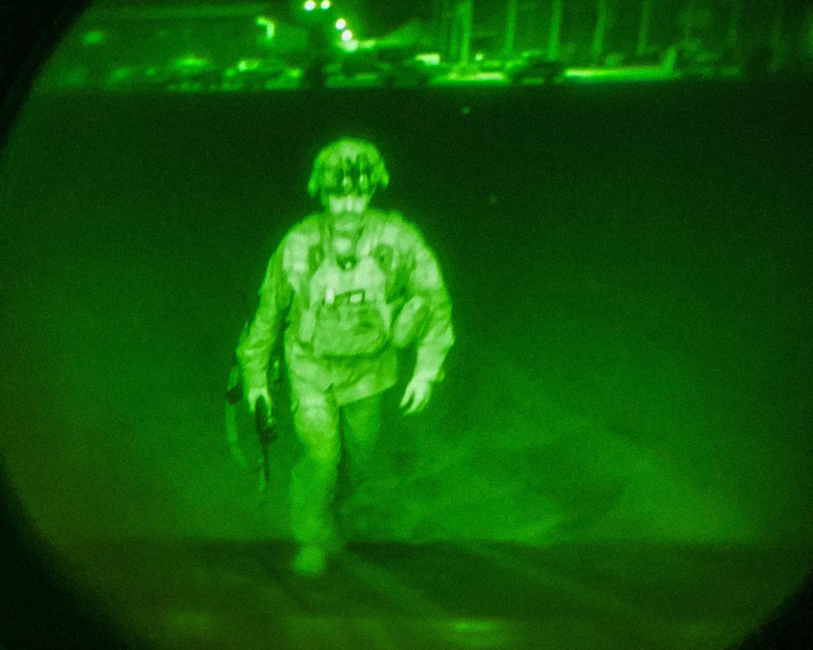 美国防部公布最后一名离开阿富汗美军照片曝光:与驻阿外交官同班机