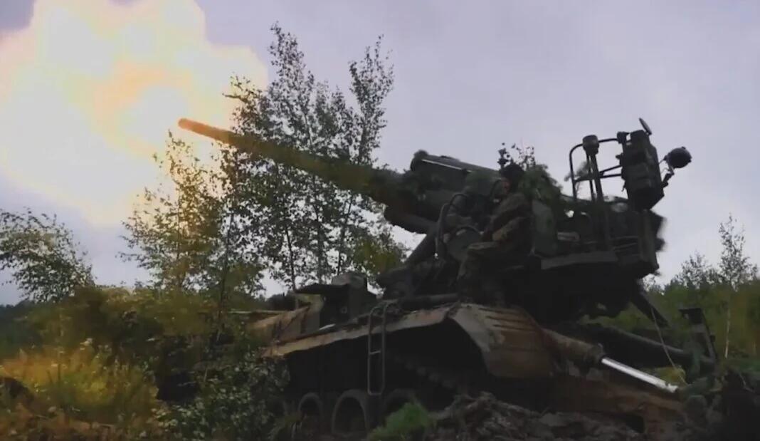 俄军在演习中使用重型火炮射击