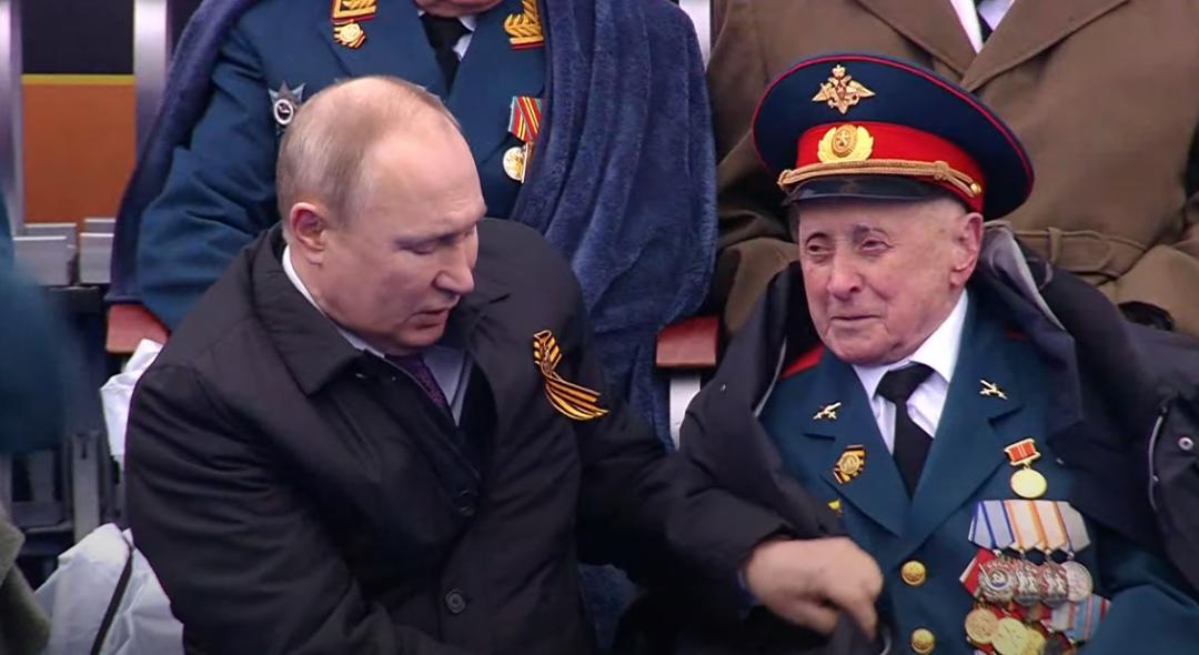 普京为老兵整理毯子 视频截图