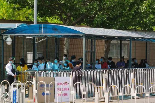 ▲2021年5月6日,中国学生排队进入美国驻华大使馆办理签证。(图片来自美国侨报)