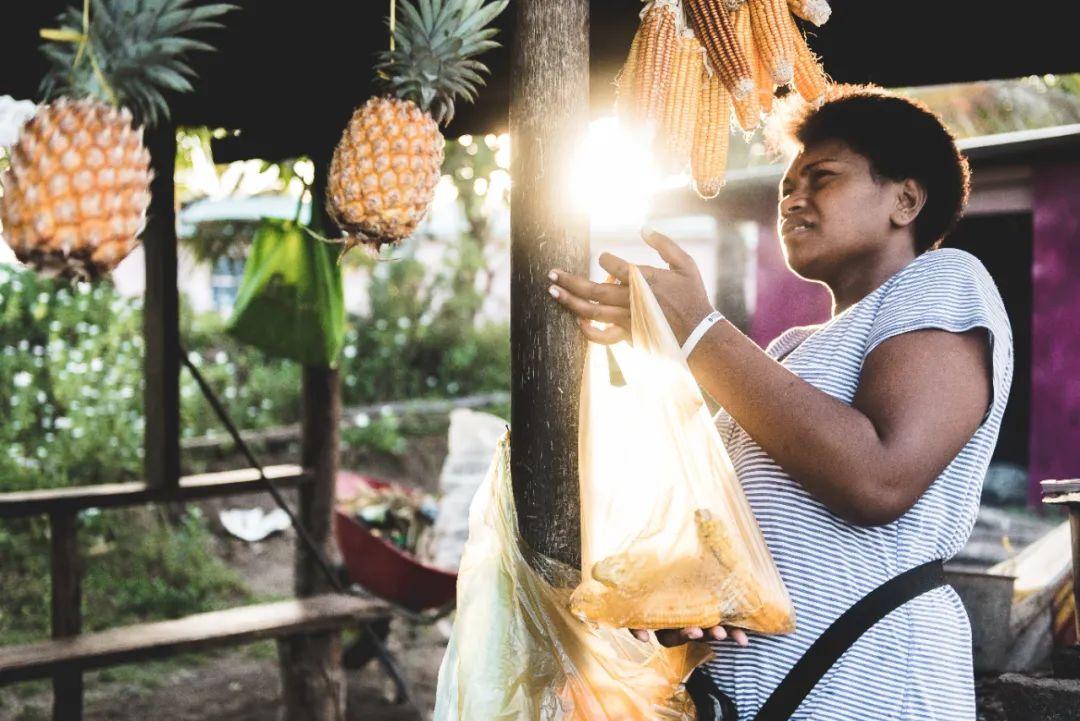 △斐济人晾晒菠萝和玉米/ unsplash