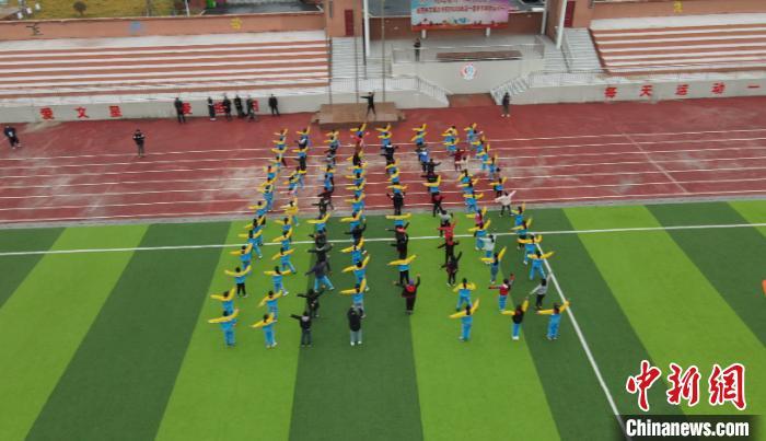 文星小学操场上,学生们正在练习《千字文》武术操。 陈选斌 摄