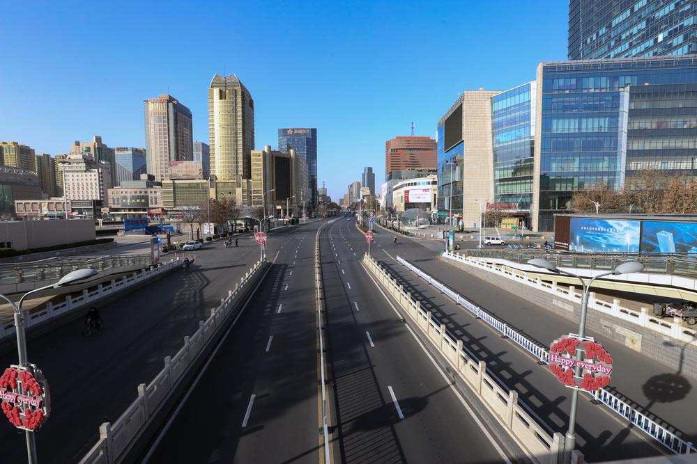1月6日,受疫情影响,石家庄大街上车辆稀少。